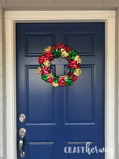 Looking for Christmas decoration ideas? Try this easy to make bow christmas wreath. #christmas #wreath