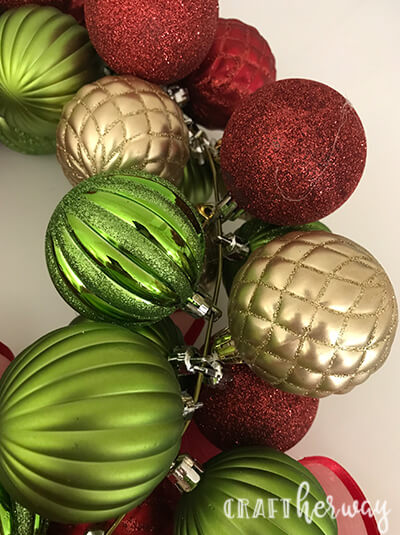 Looking for a Christmas decoration idea? Try this easy to make Christmas ornament wreath tutorial. #christmas #wreath